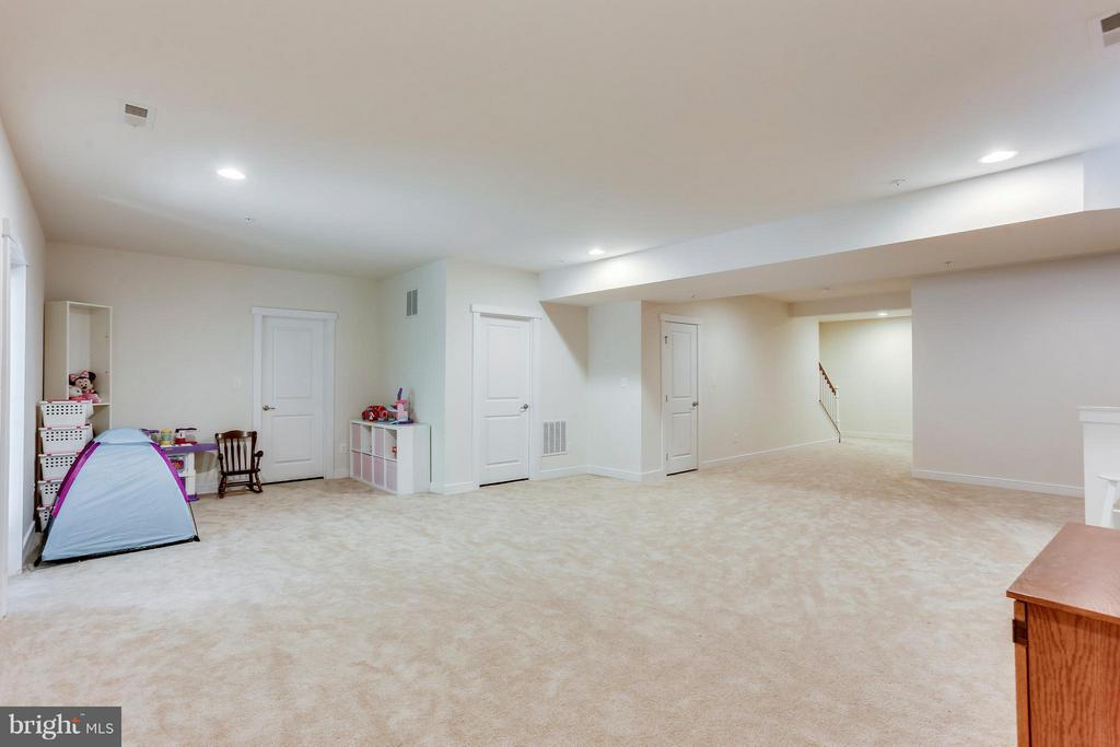 HUGE BASEMENT BAR ROUGH IN AND BATHROOM ROUGH IN! - 2305 HARMSWORTH DR, DUMFRIES