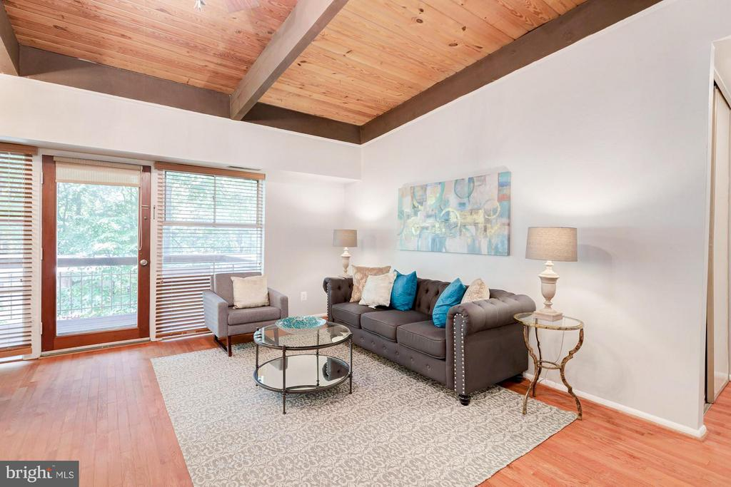Spacious living room with vaulted ceiliings - 7747 DONNYBROOK CT #206, ANNANDALE