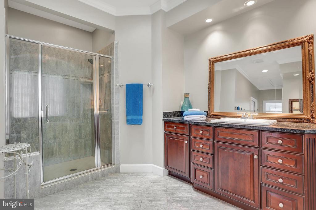 Bath (Master) - 6055 GREENWAY CT, MANASSAS