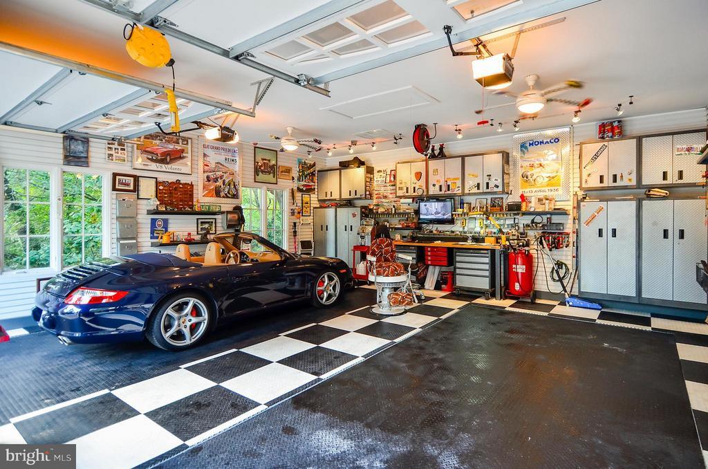 This is a 4 car garage - 4015 N RANDOLPH ST, ARLINGTON