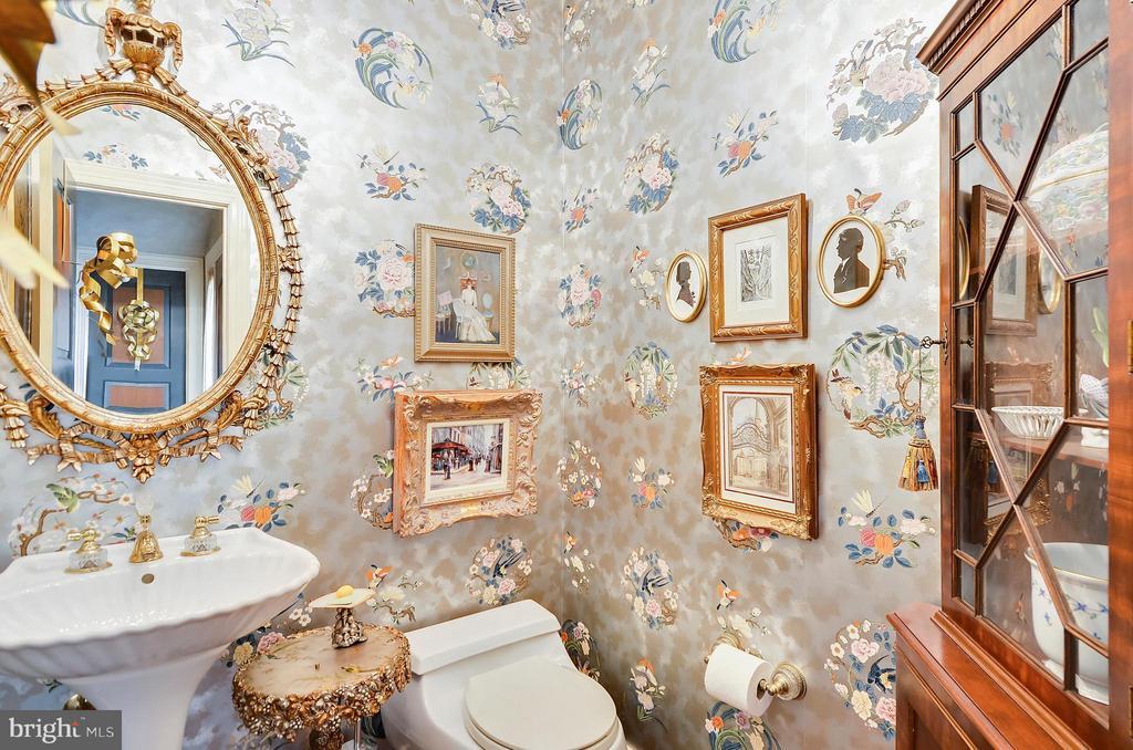 Formal powder room - 4015 N RANDOLPH ST, ARLINGTON