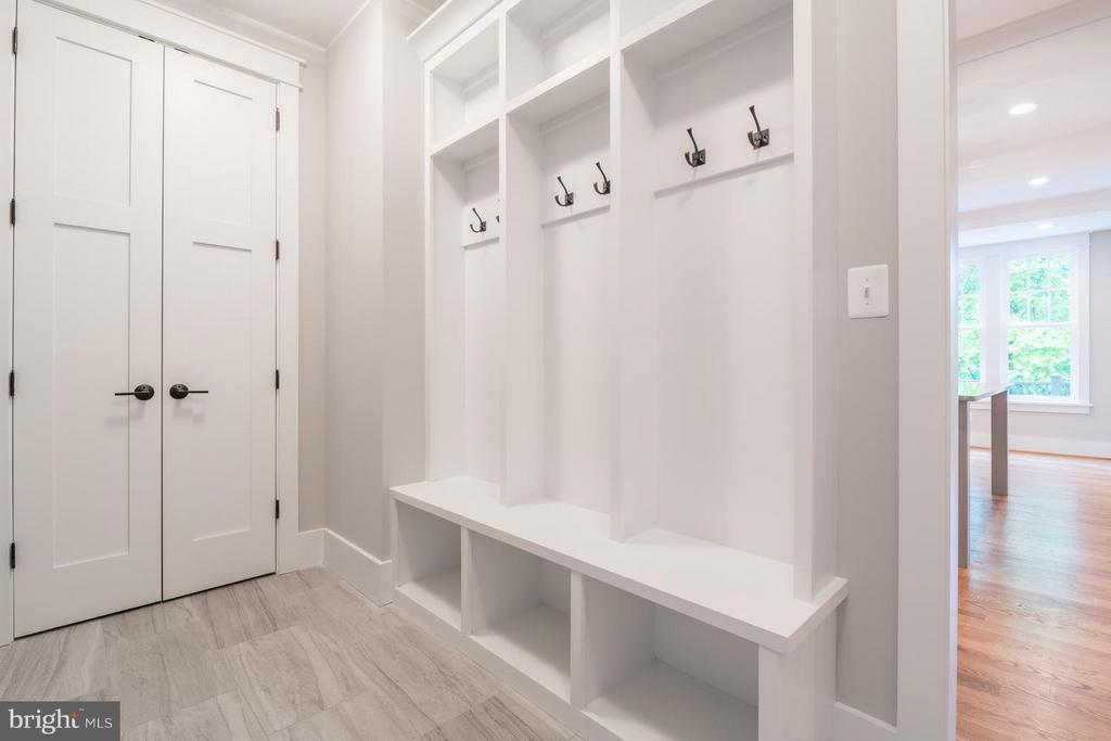 Mudroom with built-ins - 908 HILLCREST DR SW, VIENNA