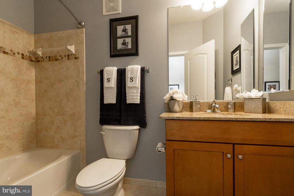 2nd full bath in upstairs hallway - 19306 DIAMOND LAKE DR, LEESBURG