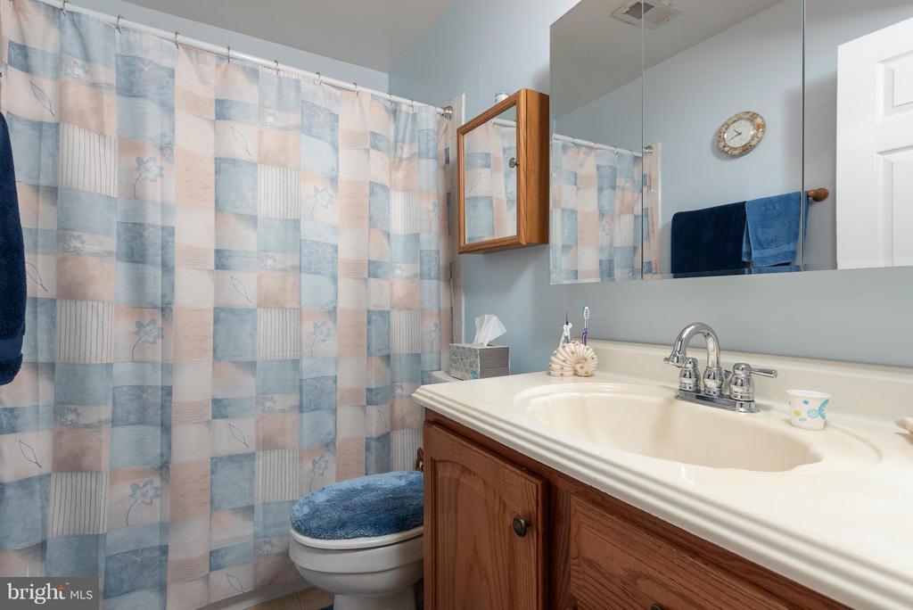 Main Level Full Bathroom - 317 BURMAN LN, FREDERICKSBURG