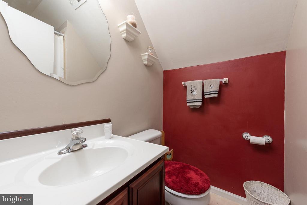 Second Level Bathroom - 317 BURMAN LN, FREDERICKSBURG