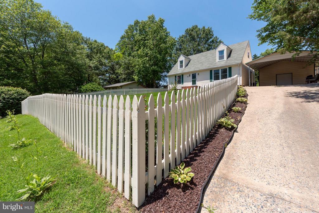 Front Yard W/ Picket Fence - 317 BURMAN LN, FREDERICKSBURG