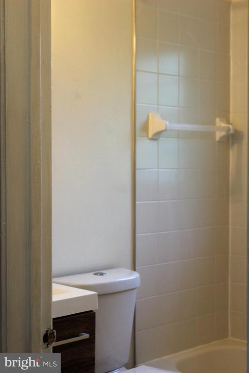 Bath - 1908 CURTIS CT SE, WASHINGTON