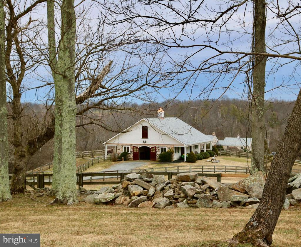 Amazing 8 stall Barn - 35679 MILLVILLE RD, MIDDLEBURG