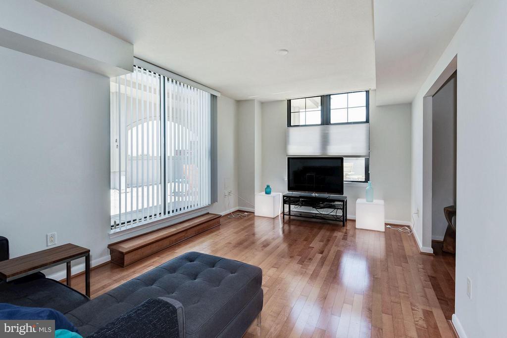 Living Room - 1021 GARFIELD ST #711, ARLINGTON