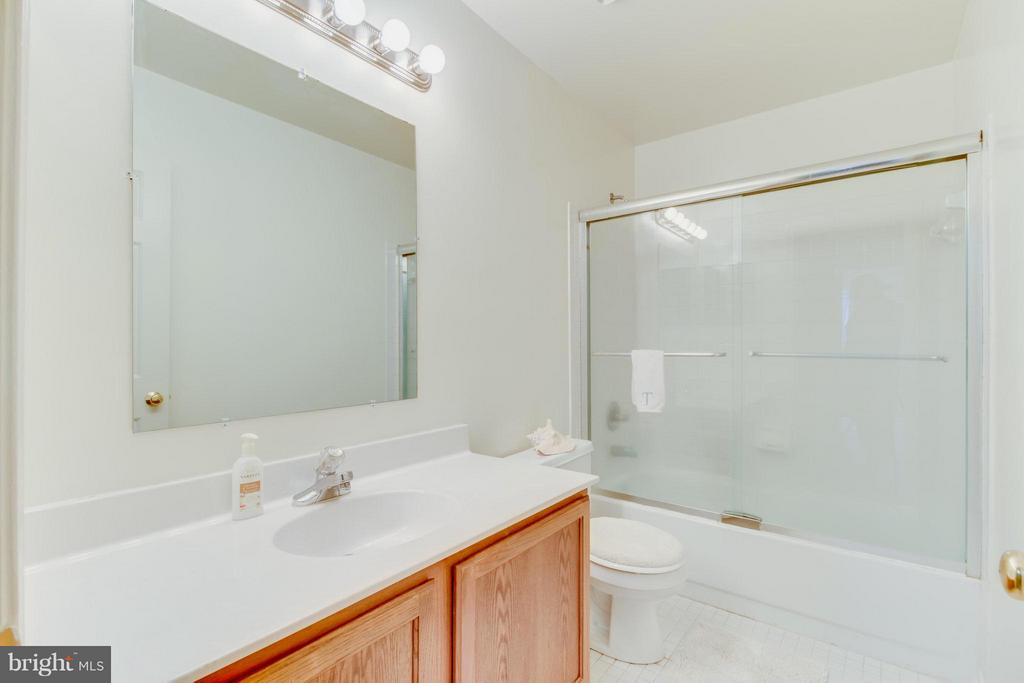 Upstairs hall bath. - 16 JASON CT, STAFFORD