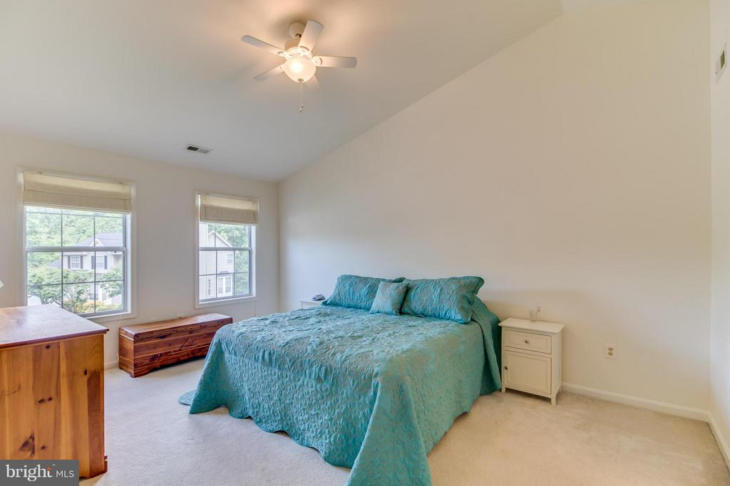 Master bedroom with vaulted ceiling. - 16 JASON CT, STAFFORD