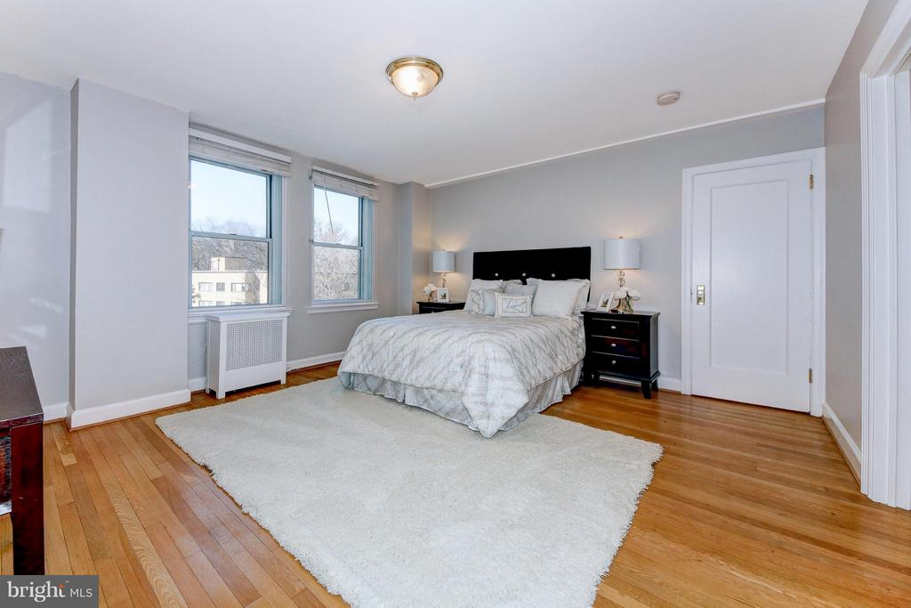 Large Bedroom with Ample Closets - 3601 CONNECTICUT AVE NW #312, WASHINGTON