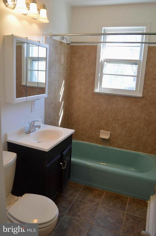 Main Level Hallway Bath - 4206 31ST ST, MOUNT RAINIER