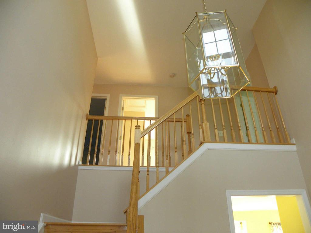 Stairway view from entry foyer - 43114 LLEWELLYN CT, LEESBURG