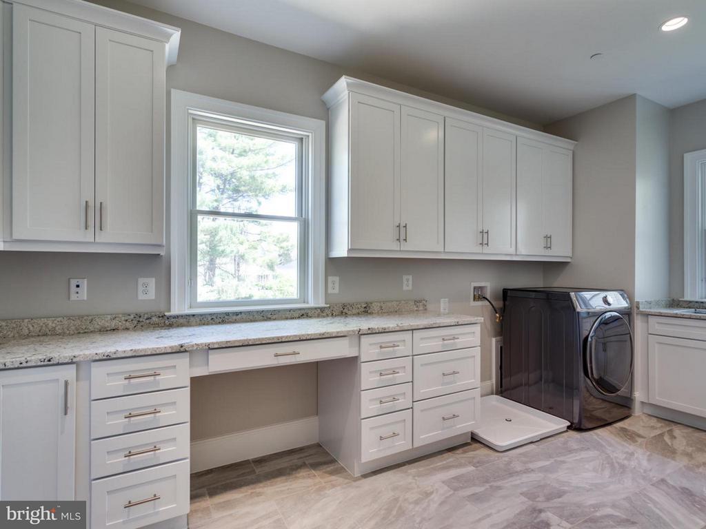 Family Hub/ Laundry Room/ Mudroom/ Homework Nook - 3859 GANELL PL, FAIRFAX