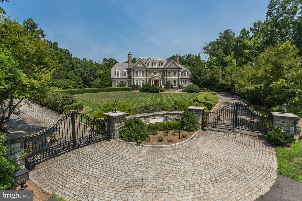 Gracious gated entry with cobblestone drive - 7984 GEORGETOWN PIKE, MCLEAN