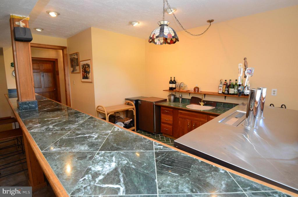 Large Basement and marble topped wet bar - 2808 DEEPWATER TRL, EDGEWATER