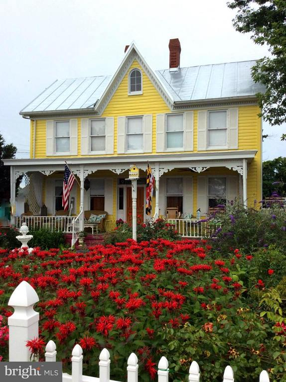 STUNNING VICTORIAN HOME W/GORGEOUS LANDSCAPING - 7814 ROCKY SPRINGS RD, FREDERICK