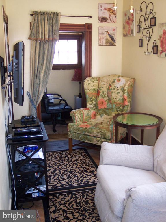 COZY SITTING ROOM OFF THE HOME OFFICE - 7814 ROCKY SPRINGS RD, FREDERICK