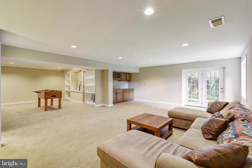 Recreation room with walkout to yard - 1515 WINDSTONE DR, VIENNA