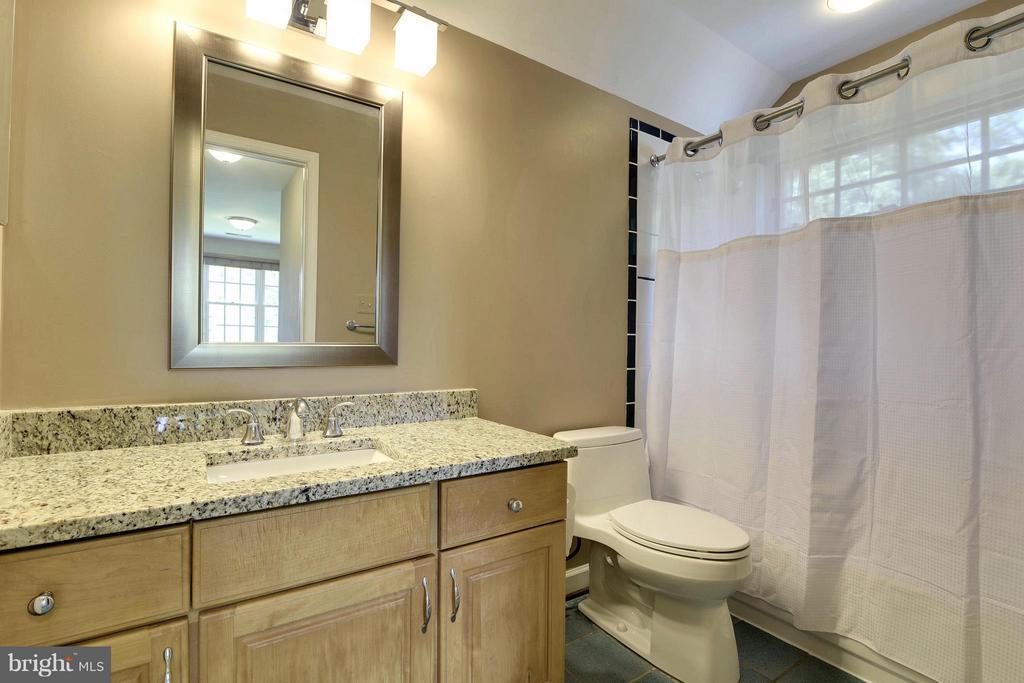 Upper level private~bath for bedroom #4 - 1515 WINDSTONE DR, VIENNA
