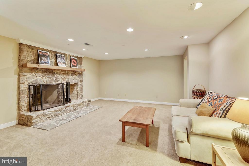 Recreation room with fireplace - 1515 WINDSTONE DR, VIENNA