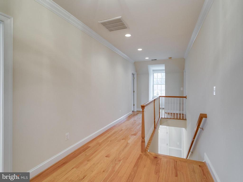 Upstairs Landing - 2313 POWHATAN ST N, ARLINGTON