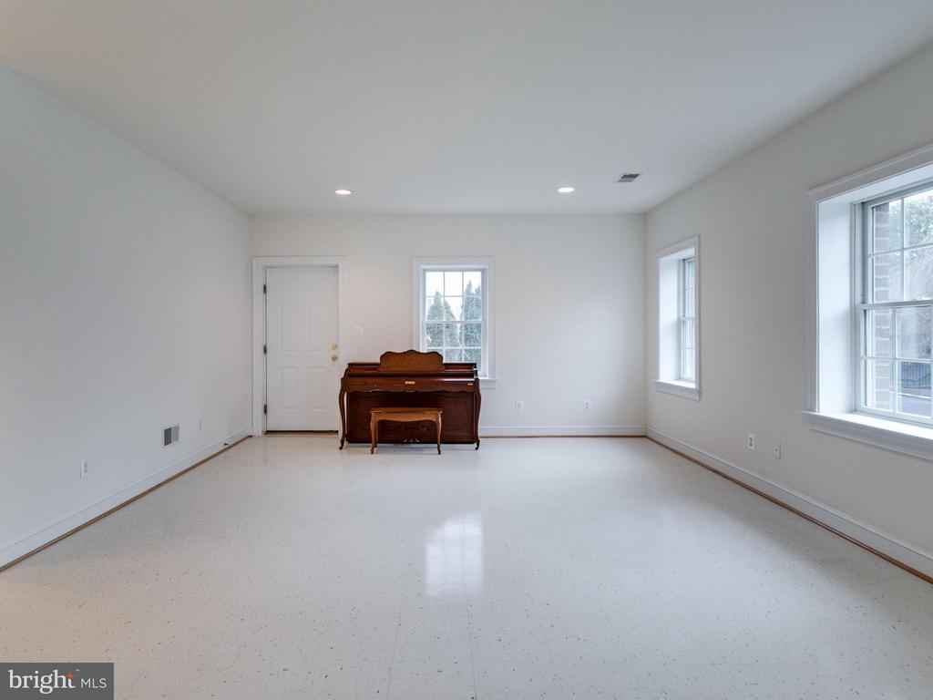 Rec Room - 2313 POWHATAN ST N, ARLINGTON
