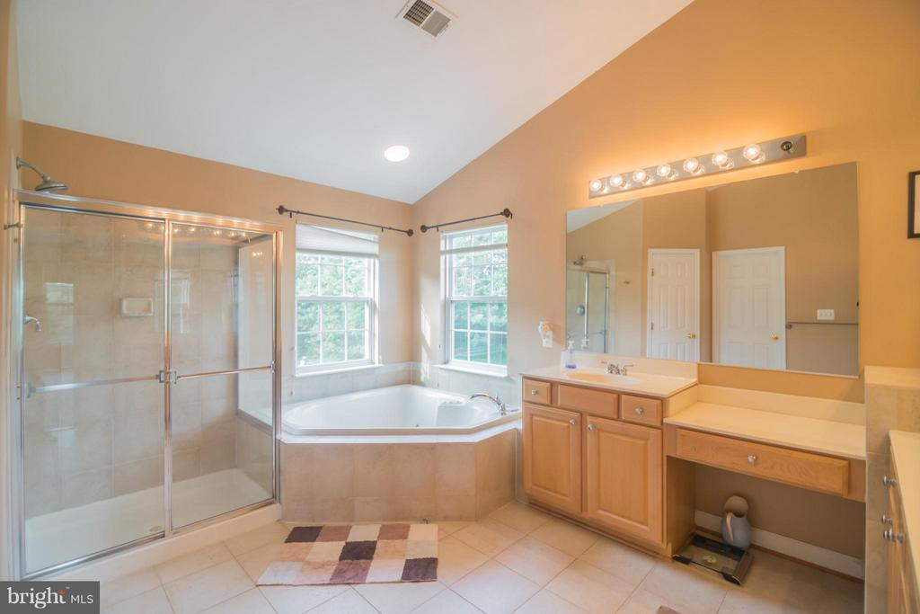 Owner's bath w/sep vanities, shower and soaking tu - 25975 MCCOY CT, CHANTILLY