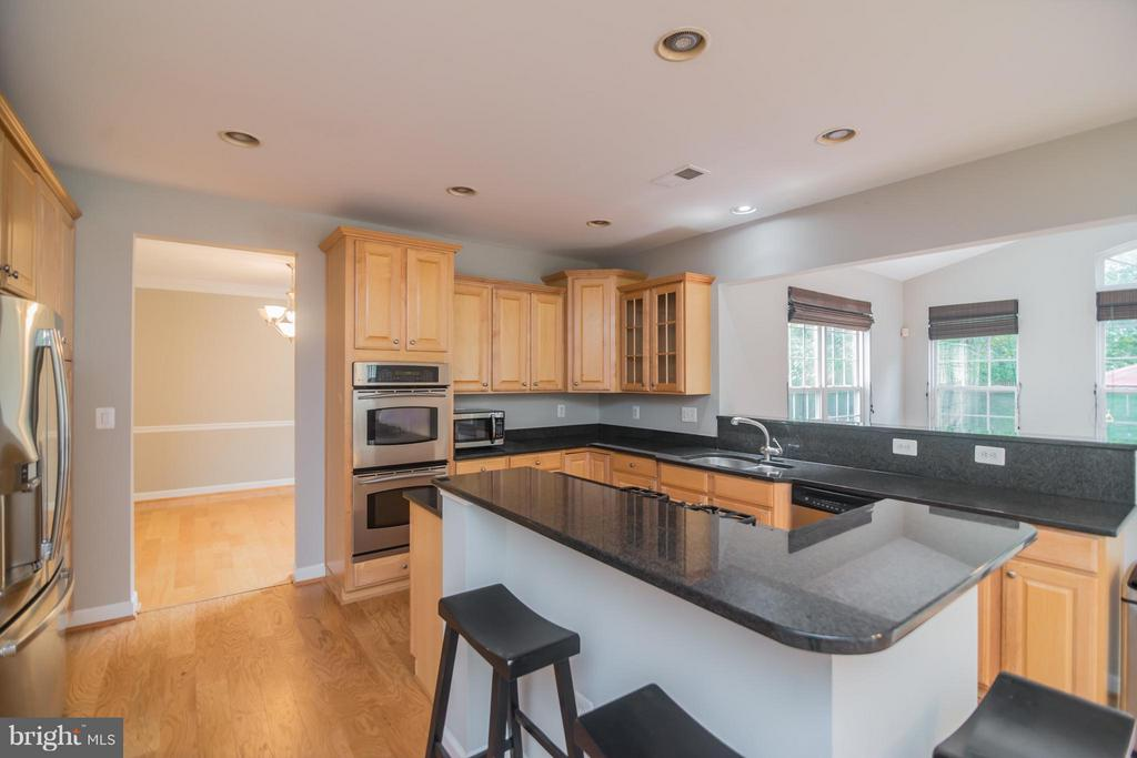 Spacious kitchen with grantie countertops - 25975 MCCOY CT, CHANTILLY