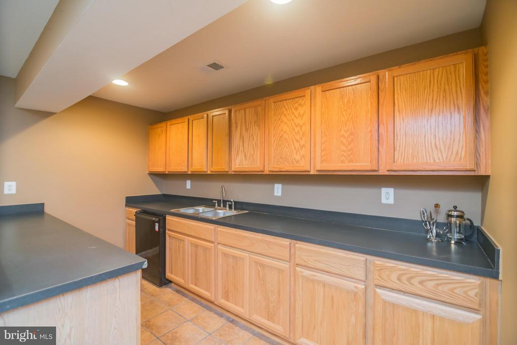 Lower level wet bar with sink and mini frig - 25975 MCCOY CT, CHANTILLY