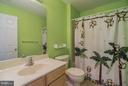 Full bathroom located between 2 bedrooms - 25975 MCCOY CT, CHANTILLY