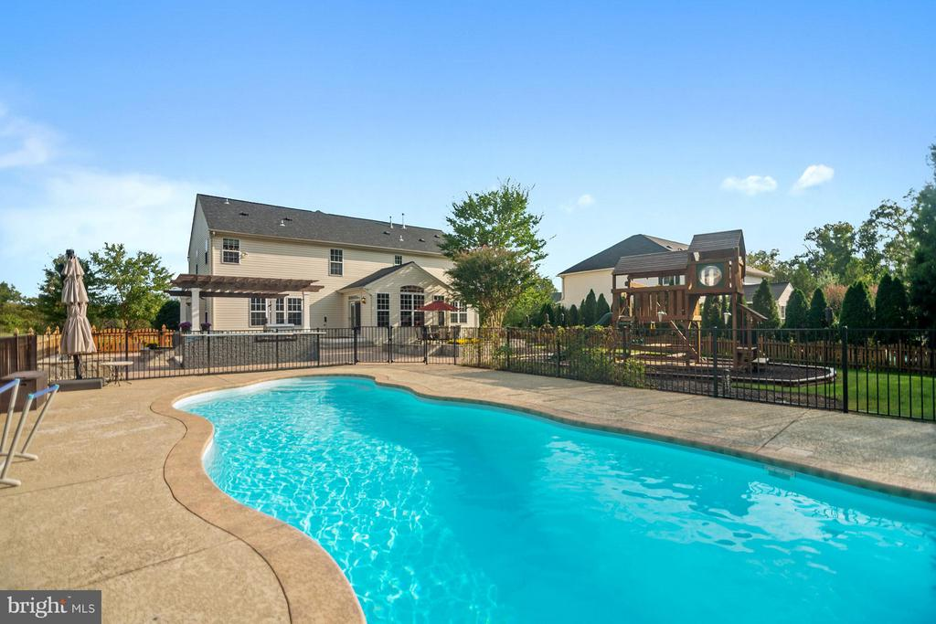 Enjoy a refreshing swim in your heated pool - 25975 MCCOY CT, CHANTILLY