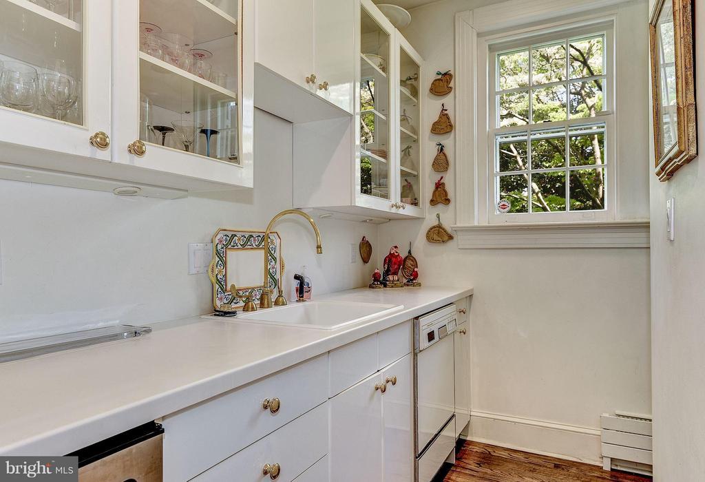 Large Butler's pantry - 2727 34TH PL NW, WASHINGTON
