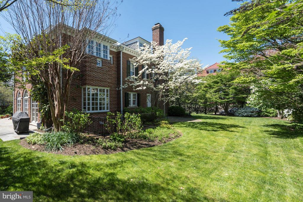 Lush, level, private gardens surround the property - 2727 34TH PL NW, WASHINGTON