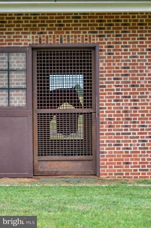 Horse in stall - 6586 JOHN MOSBY HWY, BOYCE