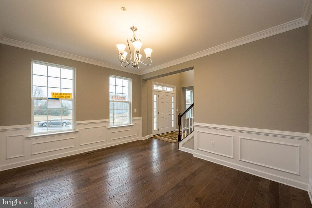 Separate dining room w chair rail & crown molding - 10407 DEL RAY CT, UPPER MARLBORO