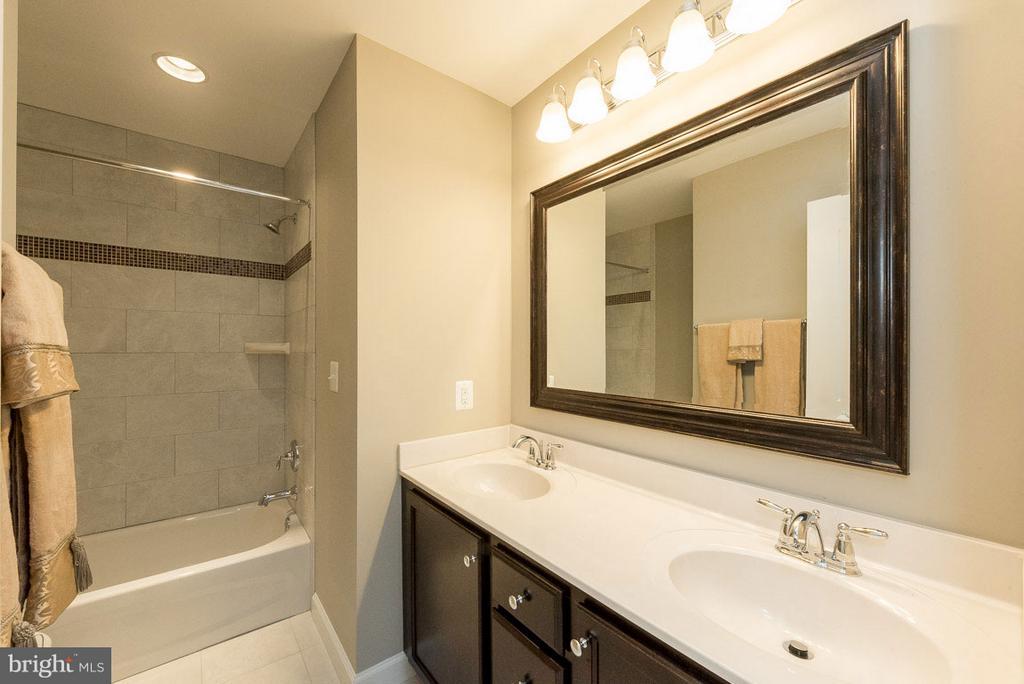 Upstairs hall bath - 10407 DEL RAY CT, UPPER MARLBORO