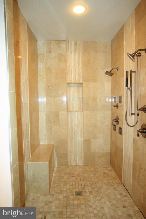Bath (Master) - 7812 SWINKS MILL CT, MCLEAN