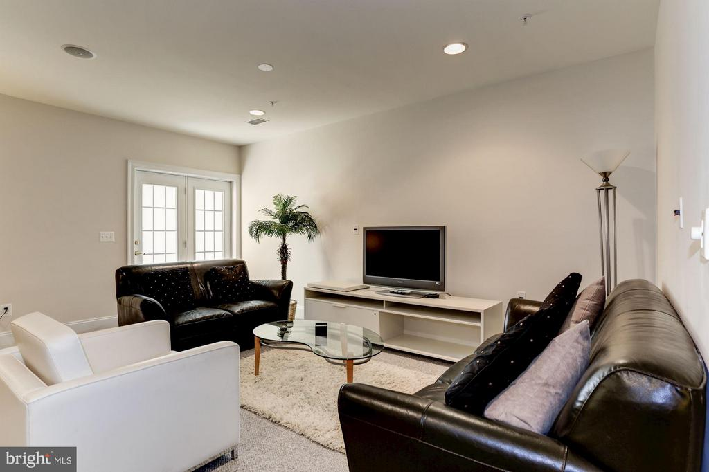 Family Room - 8404 TYSONS TRACE CT, VIENNA