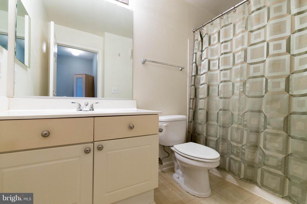 Hallway Bath - 4502 SUPERIOR SQ, FAIRFAX