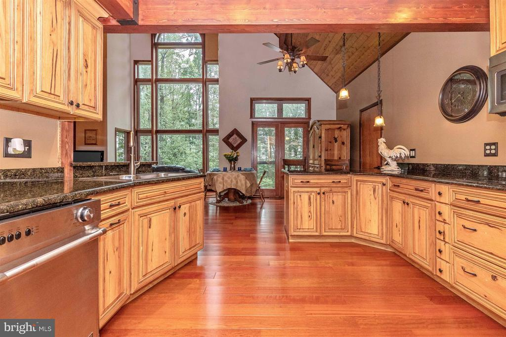 Plenty of counter space and large walk in pantry. - 914 TREVANION RD, UNION BRIDGE