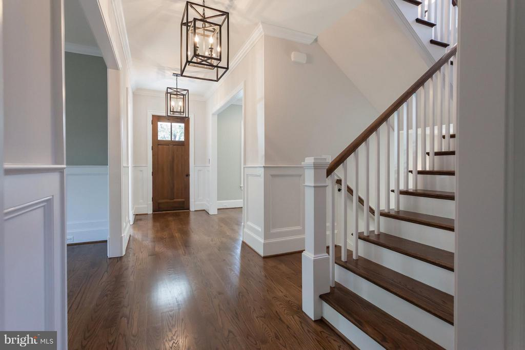 Foyer & Light-Filled Stairhall - 1723 BARTON ST N, ARLINGTON