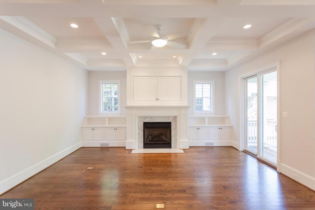 Family Room with Built Ins & Gas Fireplace - 1723 BARTON ST N, ARLINGTON