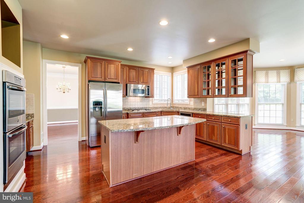 Gourmet Kitchen 42 in cabinets - 11864 CHANCEFORD DR, WOODBRIDGE