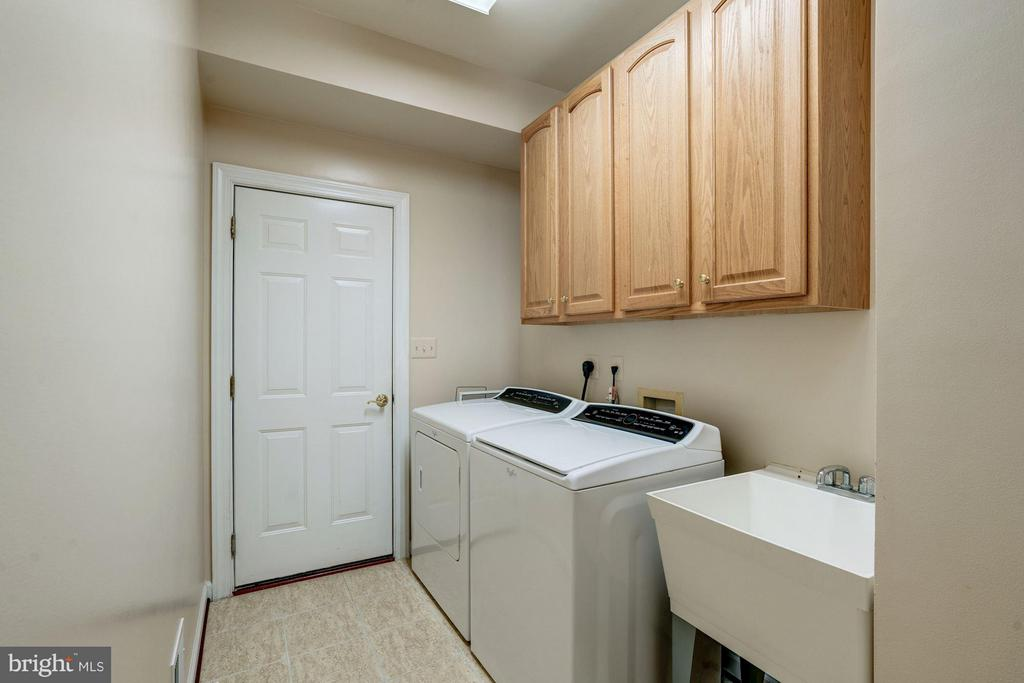 Main Level Laundry with mudsink - 11864 CHANCEFORD DR, WOODBRIDGE