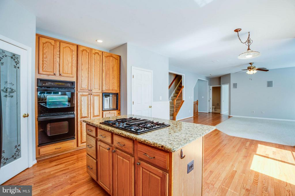 Kitchen open to family room - 10 STURBRIDGE LN, STAFFORD