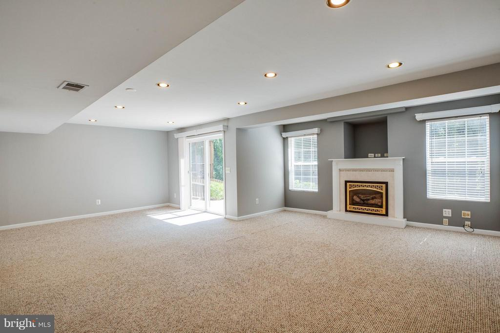 Great space in recreation room with gas fireplace - 10 STURBRIDGE LN, STAFFORD