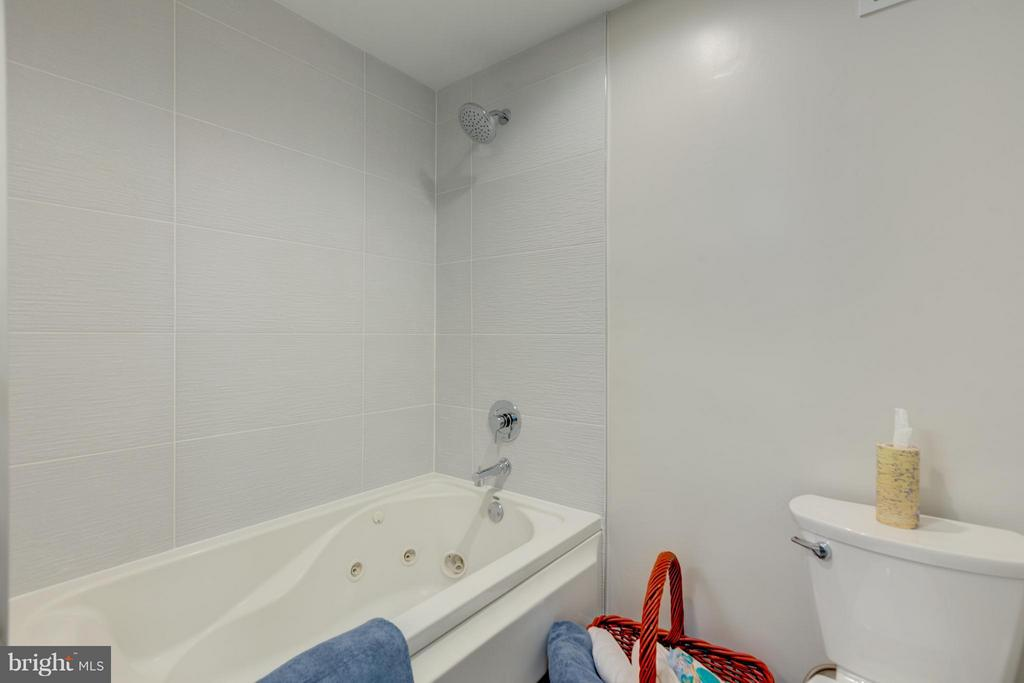 Hall Bath with Soaking tub and Shower! - 11189 SILENTWOOD LN, RESTON