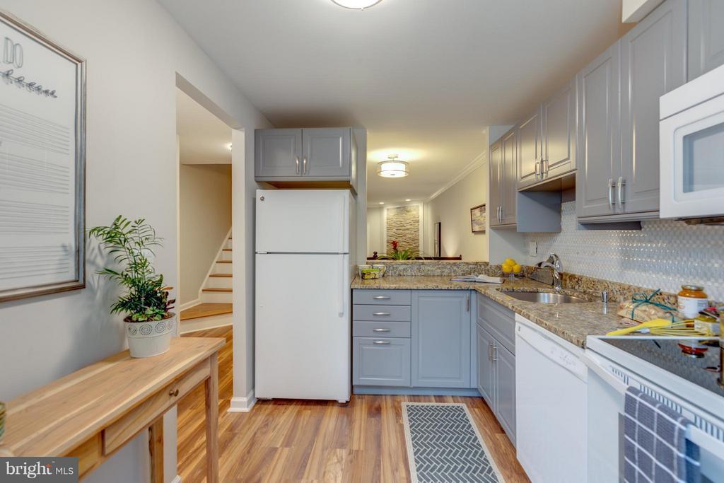 Beautiful Floors and Granite Countertops - 11189 SILENTWOOD LN, RESTON